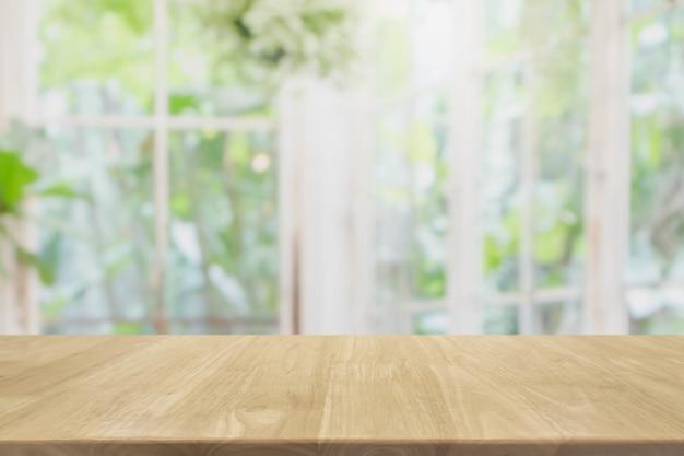 Mesa de madeira vazia e desfocada do quarto interior com vista da janela Foto Premium