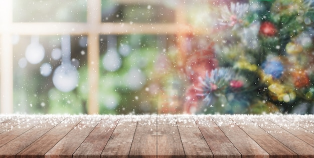 Mesa de madeira vazia no borrão com bokeh árvore de natal e fundo de decoração de ano novo Foto Premium