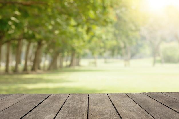 Mesa de madeira vazia / piso em público parque com árvores verdes Foto Premium