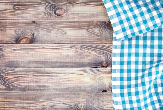 Mesa de madeira velha branca com toalha de mesa quadriculada azul, vista superior com espaço de cópia Foto Premium