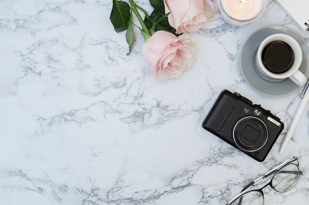 Mesa de mármore com objetos Foto gratuita