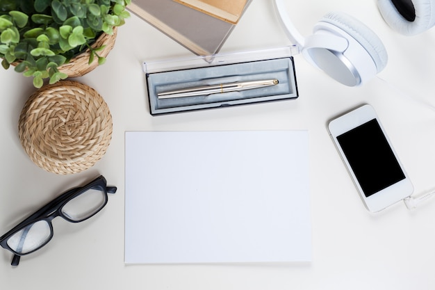 Mesa de mesa de escritório branco com muitas coisas, vista superior Foto Premium