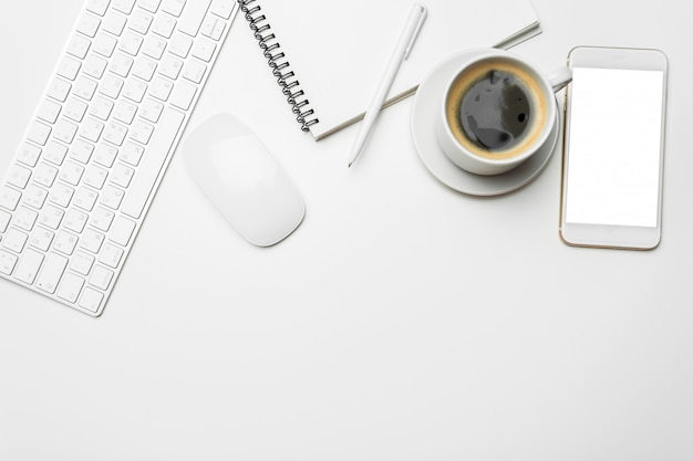Mesa de mesa de escritório com computador, suprimentos, xícara de café Foto Premium