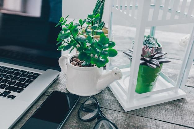 Mesa de mesa de escritório com computador Foto Premium