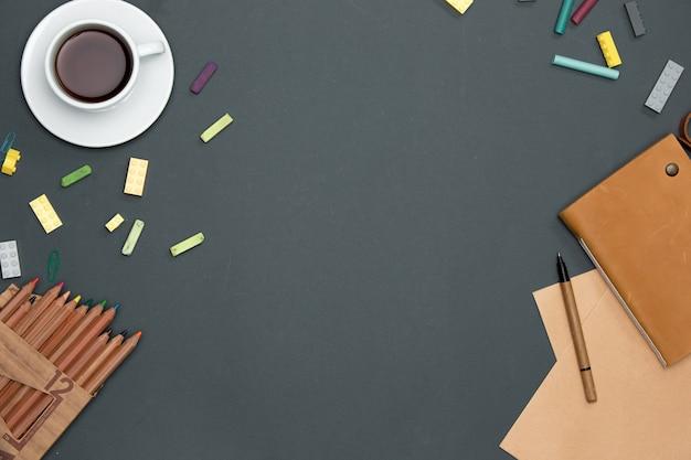 Mesa de mesa de escritório com lápis, suprimentos e copo Foto gratuita
