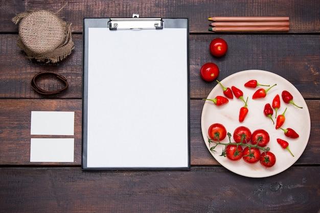 Mesa de mesa de escritório com lápis, suprimentos e legumes Foto gratuita