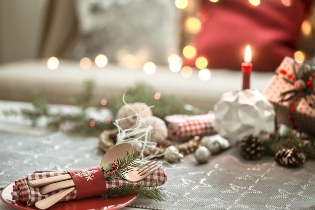 Mesa de natal lindamente decorada na sala de estar. Foto gratuita