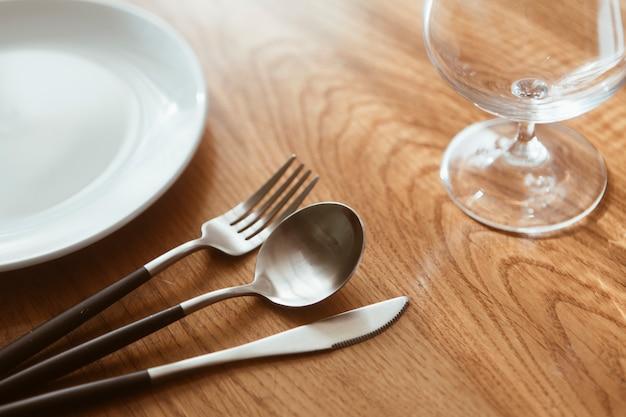 Mesa de restaurante com talheres Foto gratuita