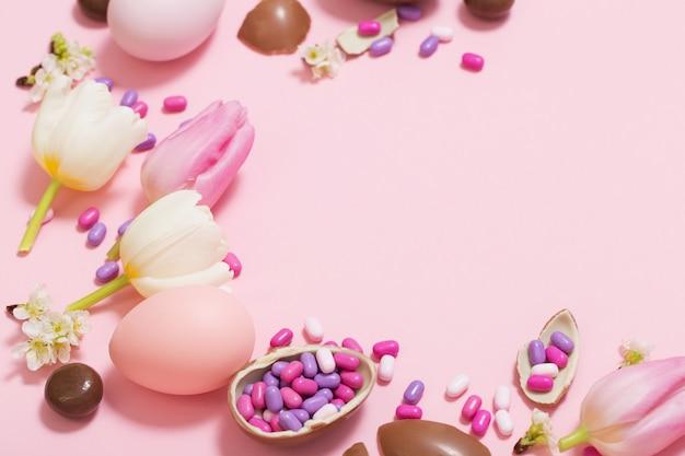 Mesa-de-rosa com ovos e flores de chocolate Foto Premium