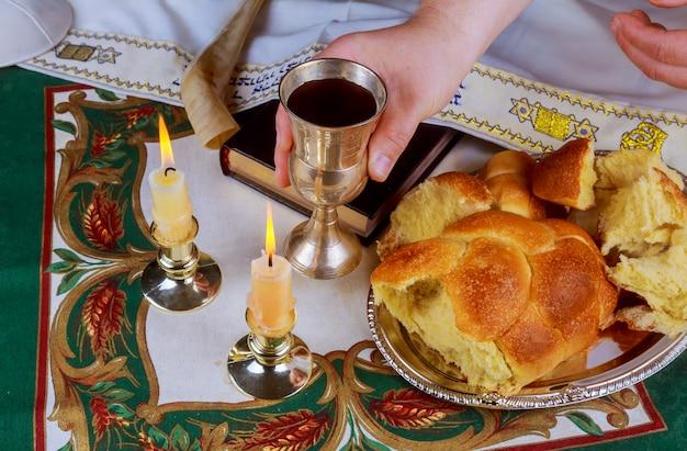 Mesa de shabat com pão challah descoberto, velas sabatinas Foto Premium