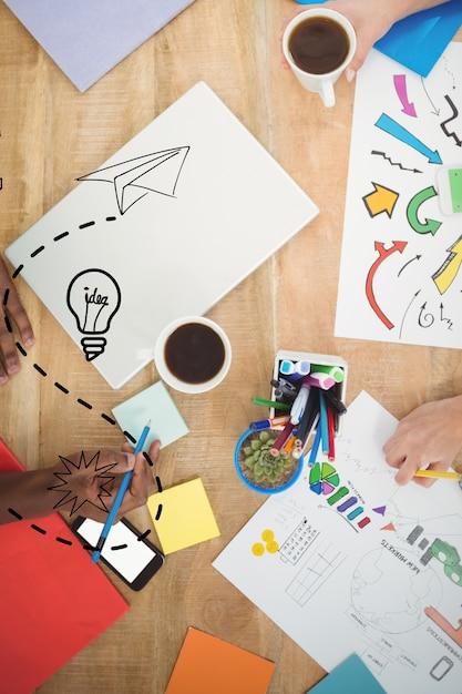 Mesa de trabalho com papel e lápis de cor Foto gratuita