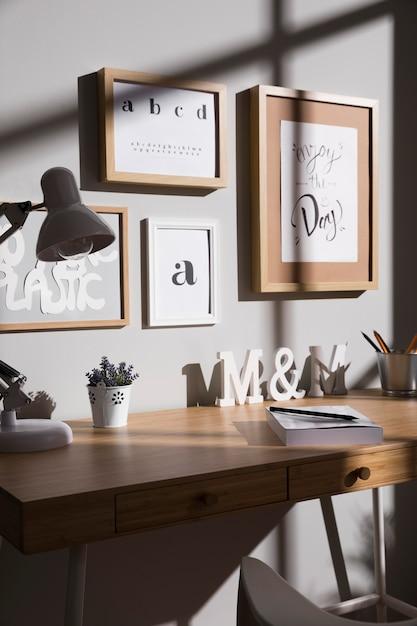 Mesa de trabalho com planta e lâmpada Foto gratuita
