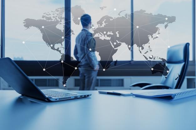 Mesa de trabalho do empresário com laptop, conceito de negócios de globalização Foto Premium