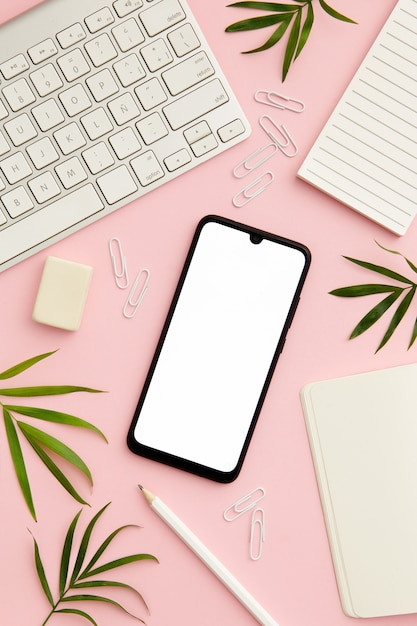 Mesa de trabalho mulher rosa com telefone Foto gratuita