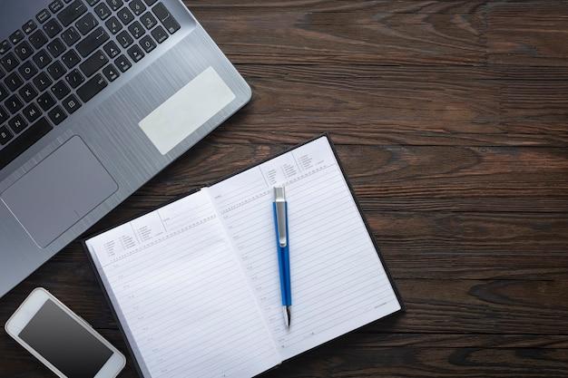 Mesa de trabalho, superfície de mármore, bloco de notas de papel, caderno de lápis, caderno em branco, planta suculenta Foto Premium