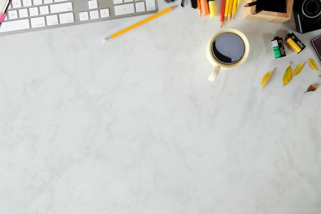 Mesa de trabalho vista superior com suprimentos de teclado e fotógrafo Foto Premium