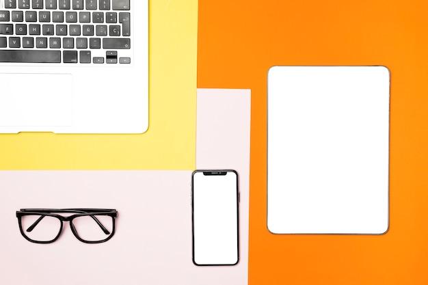 Mesa de visão superior conecpt com dispositivos de maquete Foto gratuita