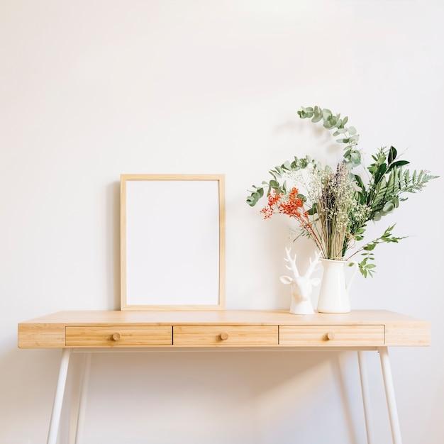 Mesa decorativa com quadro Foto gratuita