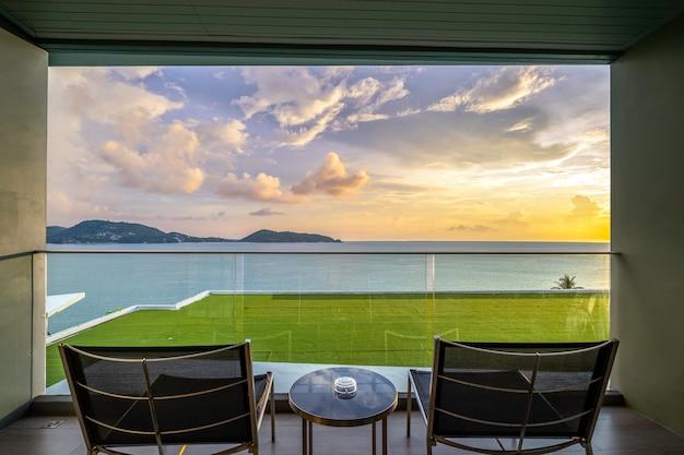 Mesa e cadeiras em uma varanda com vista para o mar, perto do mar. Foto Premium