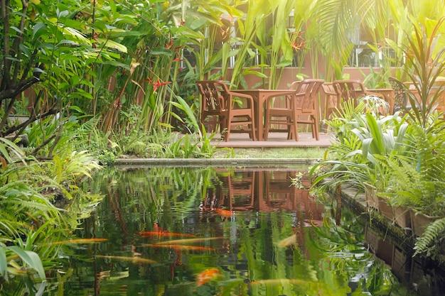 Mesa e cadeiras no jardim rodeado por belas árvores. Foto Premium