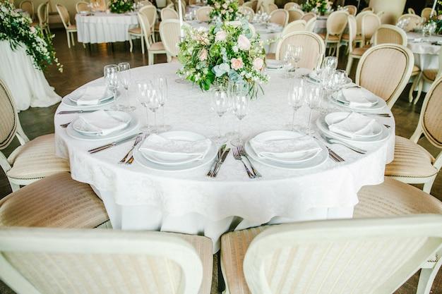 Mesa festiva com flores Foto Premium