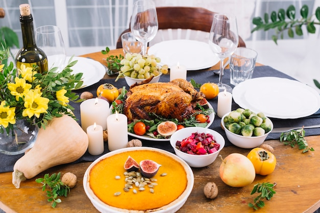 Mesa festiva com frango assado e legumes Foto gratuita