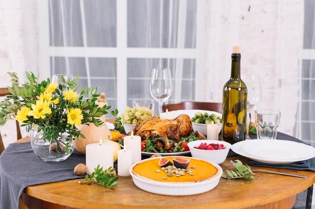 Mesa festiva com frango assado e vinho Foto gratuita