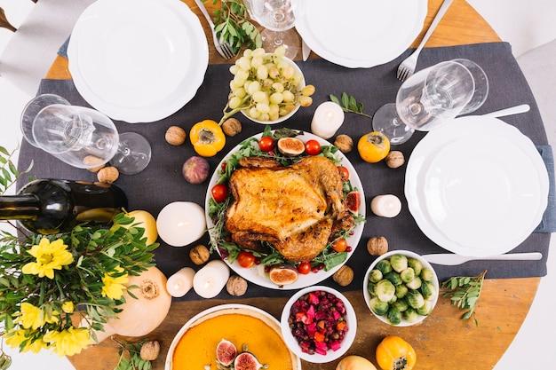 Mesa festiva com frango assado Foto gratuita