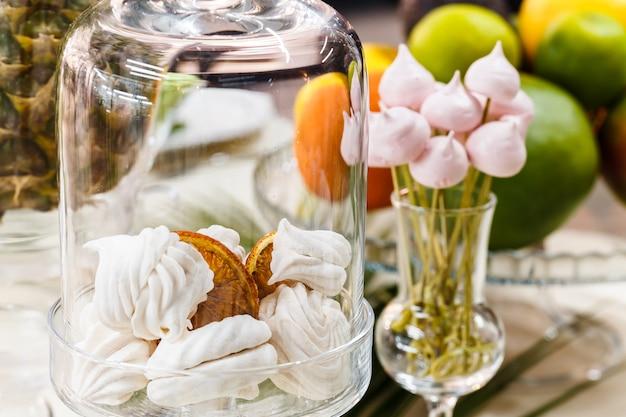 Mesa festiva, decorada com vasos, frutas e doces. Foto Premium