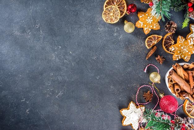 Mesa para cozinhar o feriado de natal assando biscoitos e bolos com ingredientes Foto Premium