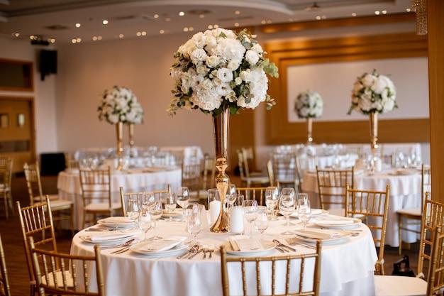 Mesas de banquete de casamento com decoração de flores Foto Premium