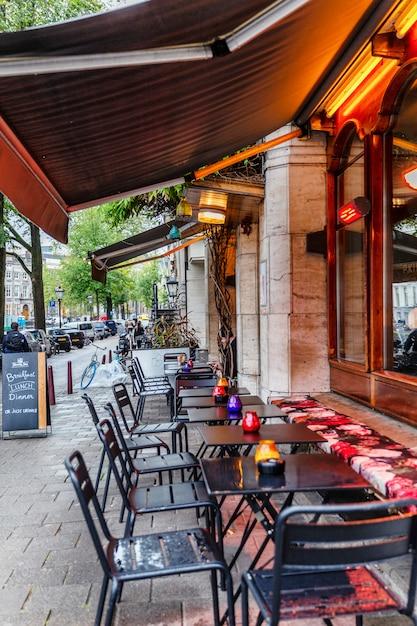 Mesas de café em uma rua da cidade. vertical. Foto Premium