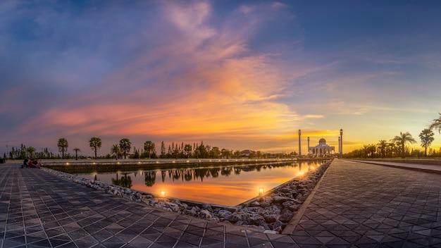 Mesquita à noite. Foto Premium