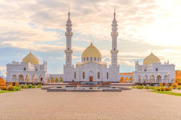 Mesquita branca close-up. Foto Premium