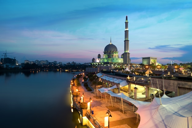 Mesquita de putra durante o por do sol na cidade de putrajaya o território federal novo de malásia. Foto Premium