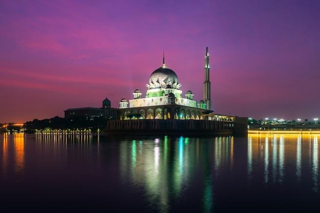 Mesquita de putra em putrajaya, kuala lumpur, malásia ao entardecer Foto Premium