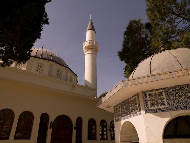 Mesquita em kusadasi turquia Foto Premium