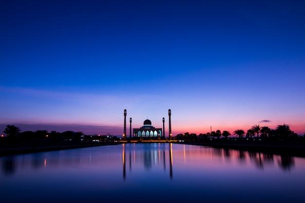 Mesquita na tailândia e pôr do sol Foto Premium