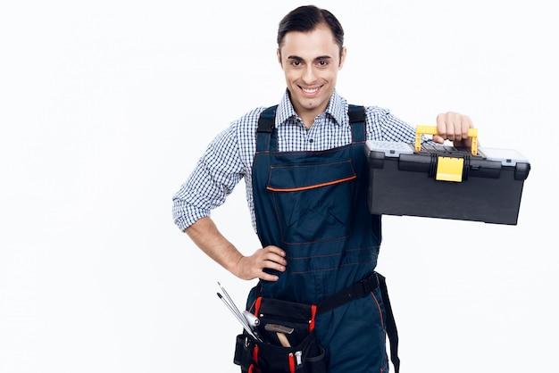 Mestre com caixa de ferramentas na mão no fundo branco. Foto Premium