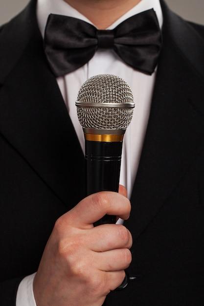 Mestre de cerimônias com microfone Foto gratuita