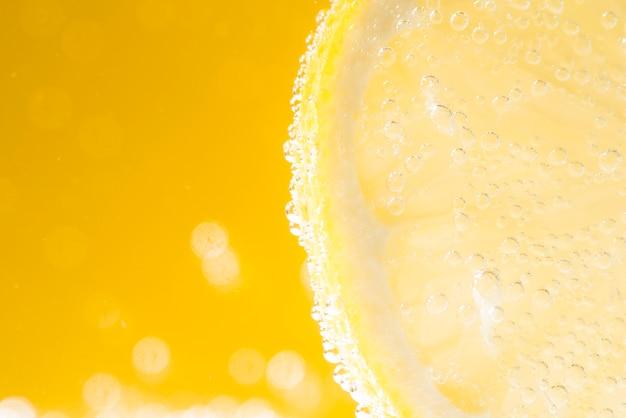 Metade de limão fatiado com gotas de água Foto gratuita