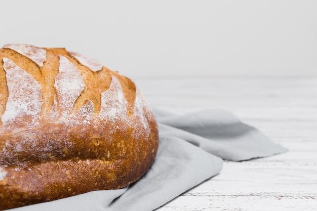 Metade do pão no pano de cozinha Foto gratuita