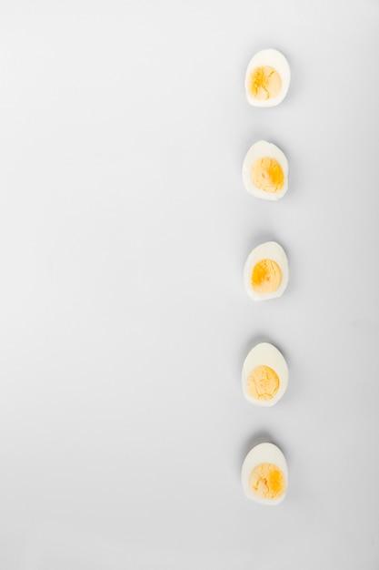 Metade dos ovos cozidos gema e branco Foto Premium