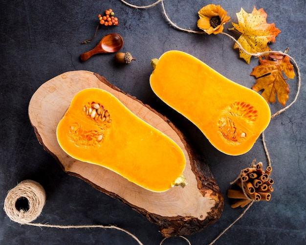 Metades de abóbora butternut vista superior na tabela Foto gratuita