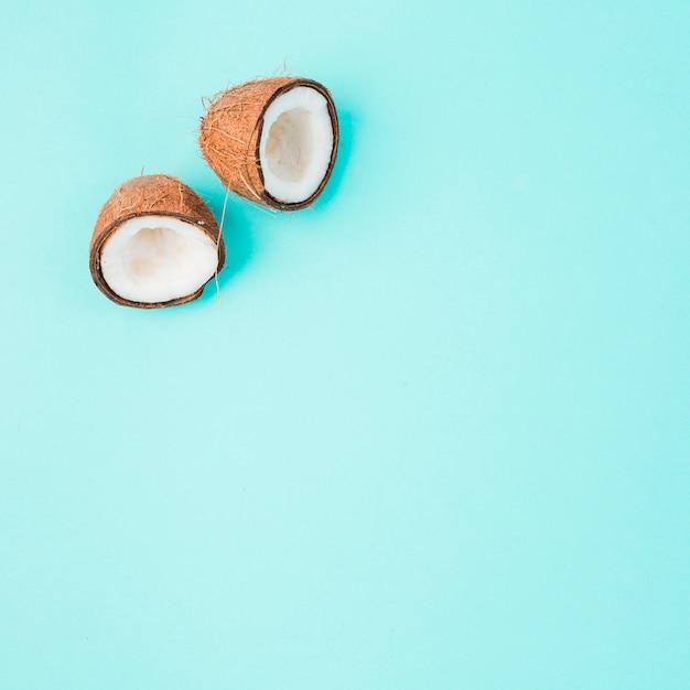 Metades de coco rachado com polpa branca madura Foto gratuita