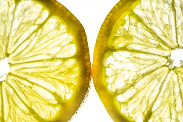 Metades fatias de limão close-up Foto gratuita