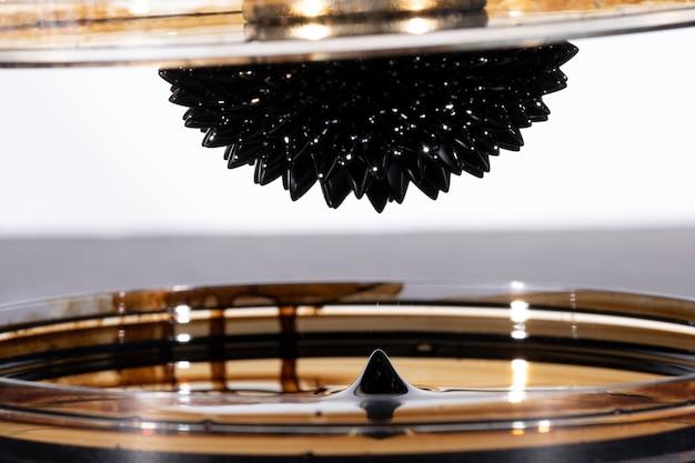 Metal espelhado ferromagnético abstrato com vazamentos de líquido Foto gratuita