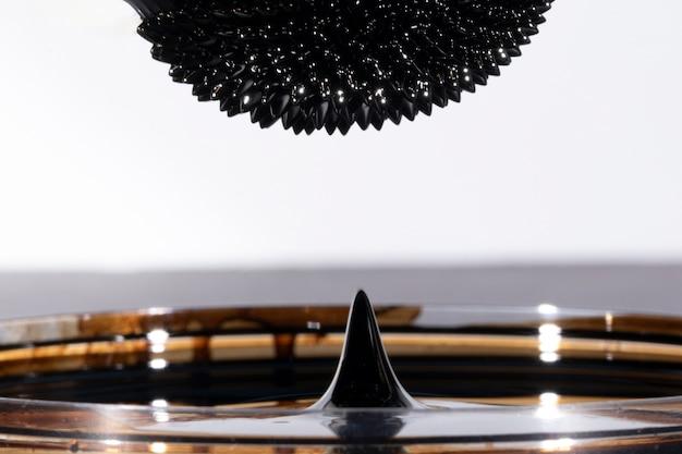 Metal espelhado ferromagnético abstrato de cabeça para baixo Foto gratuita