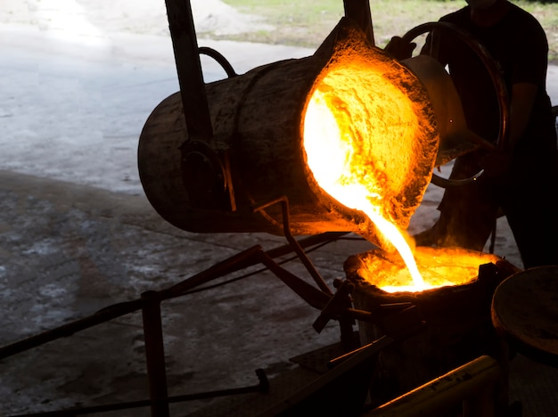 Metal fundido de ferro derretido derramado em concha Foto Premium