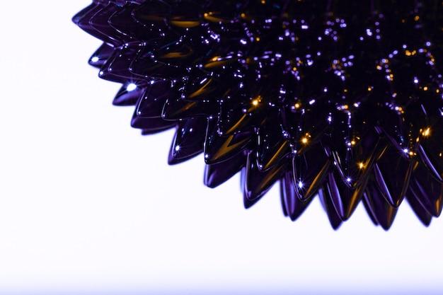 Metal líquido ferromagnético roxo pontudo com espaço de cópia Foto gratuita